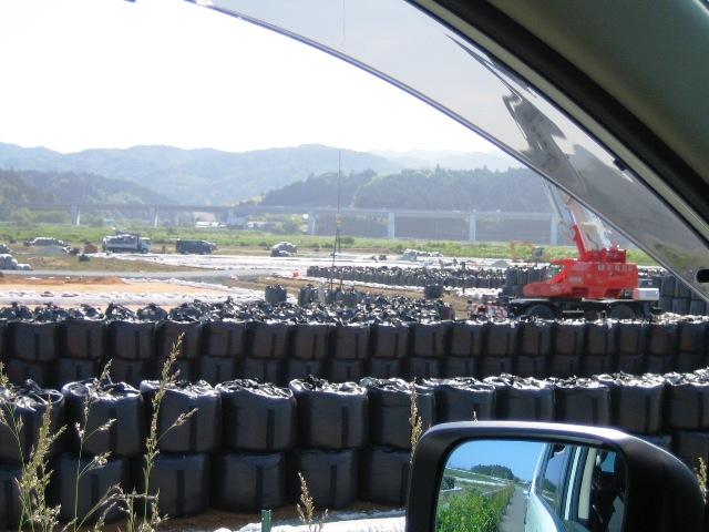 汚染堆積物を詰めた黒い大型土嚢袋