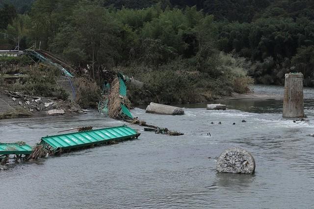 崩落した第6久慈川橋梁