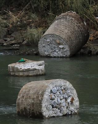 倒壊したコンクリート製の橋脚