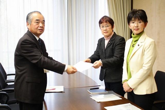 新型コロナウイルスの感染症対策をめぐり、県に体制強化を要望する江尻県議、山中県議