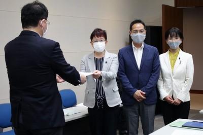 県の担当者に申し入れる山中県議、上野県委員長、江尻県議