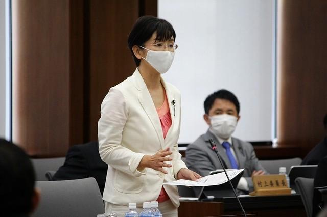 委員会で質疑する共産党の江尻加那議員