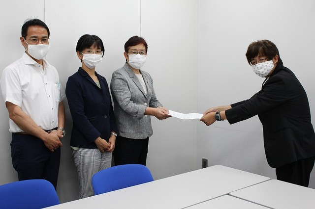 茨城労働局の担当者に「要請書」を手渡す(左から)上野氏、江尻氏、山中氏=