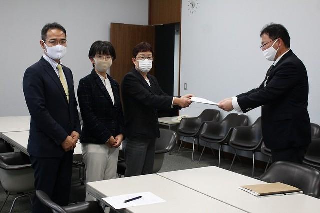 県担当者に要望書を手渡す山中たい子県議、江尻かな県議、上野高志県委員長