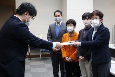 県の担当者に申し入れ書を手渡す山中議員、江尻議員、大内県副委員長、上野県委員長