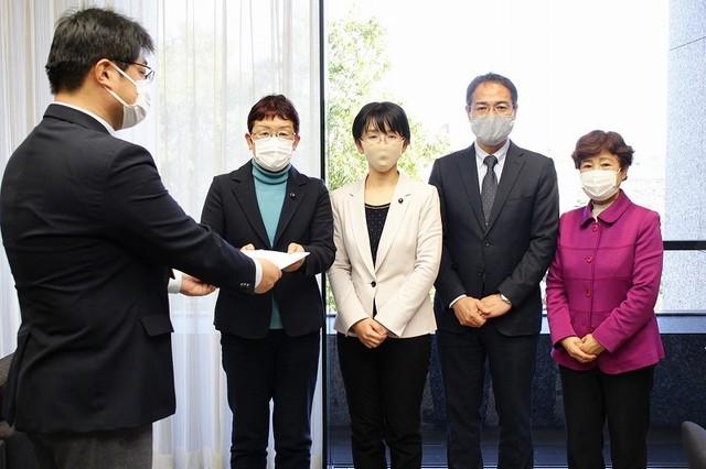 県担当者に申し入れを行う山中たい子議員、江尻かな議員、上野高志県委員長、大内くみ子県副委員長